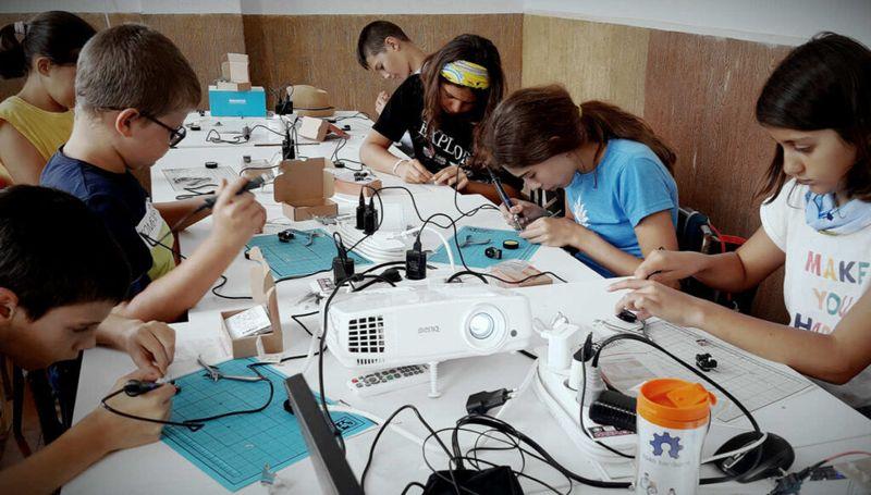 Летни <strong>STEM</strong> академии запознават децата със света на роботиката, програмирането и електрониката